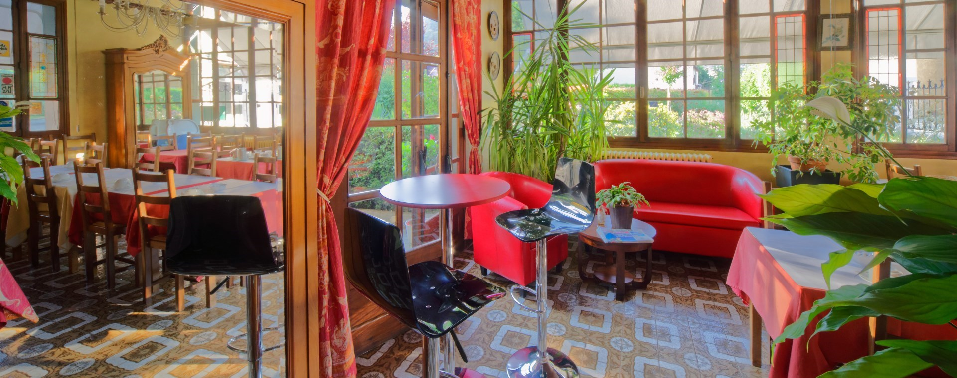 Entry of the hotel du Parc at la Rochette small breakfast room side
